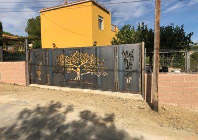puerta decorada con conrte de plasma en Tarragona